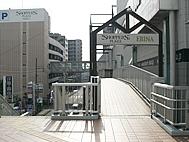 階段通路入り口へ